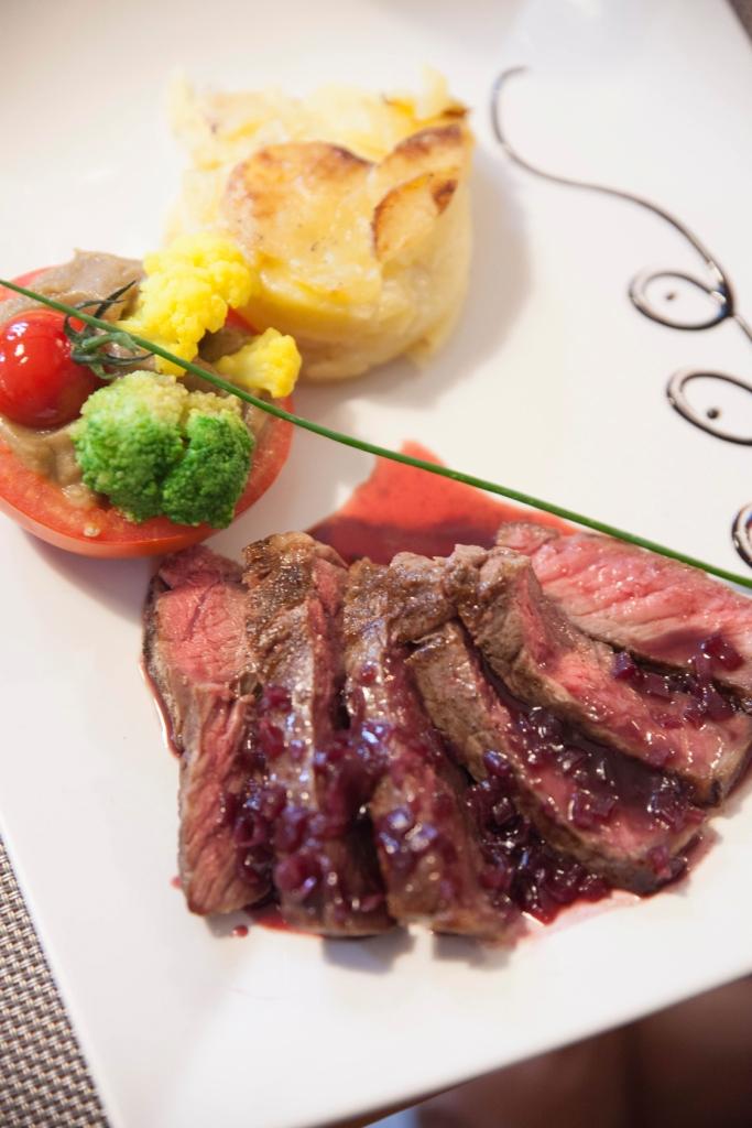 Entrecôte de bœuf, sauce à l'échalote. Tomate farcie au caviar d'aubergine et gratin de pommes de terre