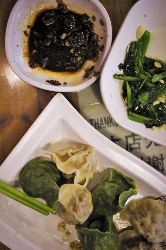 Certains restaurants utilisent des colorants naturels comme l'épinard pour teinter la pâte à raviolis.