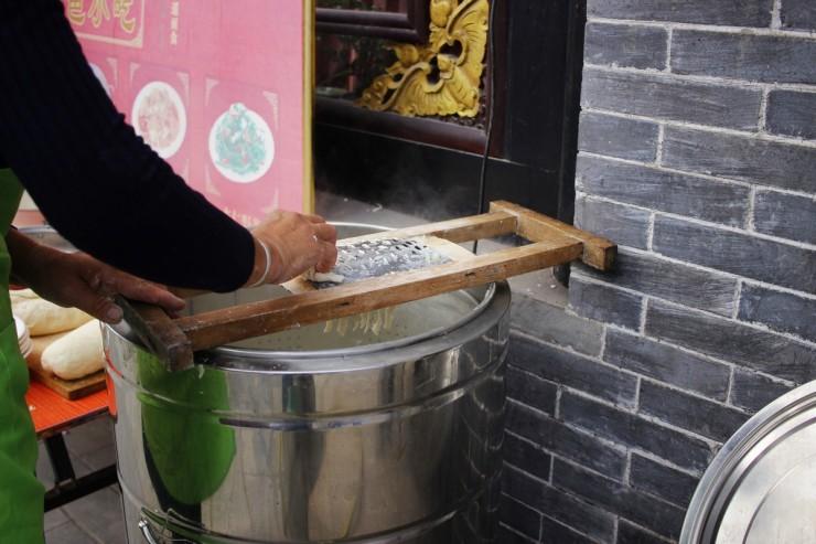 Les pâtes en pleine préparation à Pingyao.