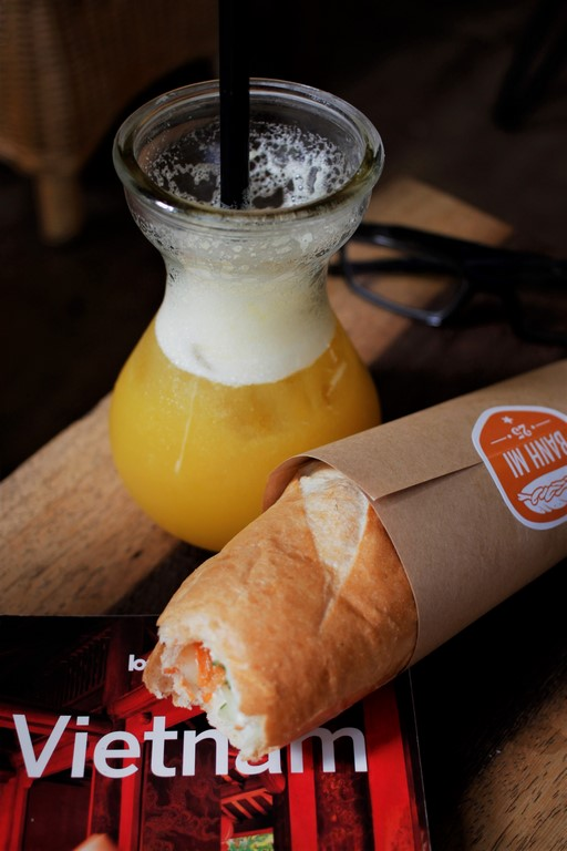 Accompagné d'un jus d'ananas frais, le Banh Mi fait un excellent petit repas sympa.