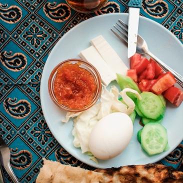 On mange beaucoup le Lavash au petit-déjeuner. Il est parfois aggrementé de graines de nigelle. On trouve aussi un autre pain très populaire au petit-déjeuner: le Sangak. Ce pain a la particularité d'être traditionnellement cuit sur un lit de pierre chaude. Consommé chaud, il est moelleux, consommé moins frais, il devient très croustillant.
