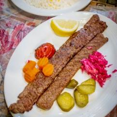 Le Kebab Koobideh, à l'agneau et au boeuf haché, accompagné de pickles qu'on retrouve souvent en Iran.
